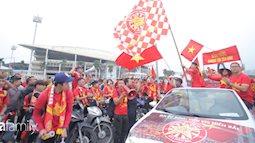 """Trước lúc bóng lăn trận Việt Nam và UAE, hàng ngàn cổ động viên đã """"phủ đỏ"""" các đoạn đường đến sân vận động Mỹ Đình"""