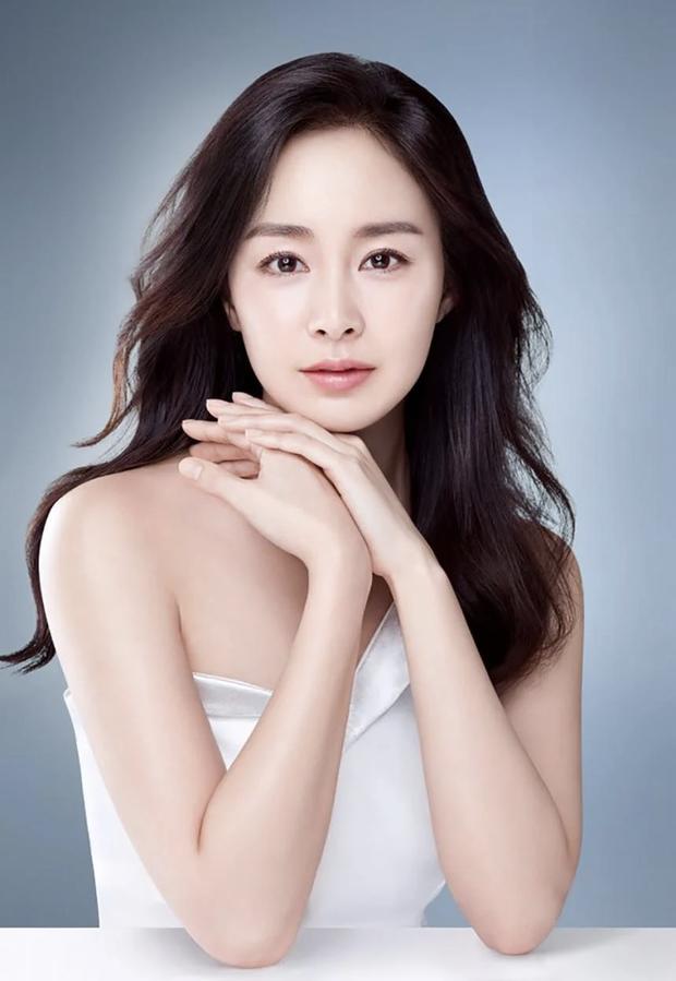 Nữ hoàng nhan sắc Kim Tae Hee hiếm lắm mới chia sẻ bí quyết làm đẹp, vô tình hé lộ hôn nhân viên mãn bên Bi Rain - Ảnh 1.