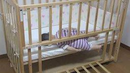 Cảnh báo: Em bé chết ngạt do vô tình mắc kẹt trong cũi gỗ khi ngủ