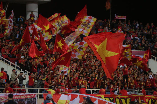 Kết thúc hiệp 1 Việt Nam - Thái Lan 0 - 0, sân Mỹ Đình nổ tung sau pha cứu thua xuất thần của Văn Lâm, trọng tài từ chối bàn thắng của Bùi Tiến Dũng  - Ảnh 1.