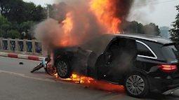 Hà Nội: Mercedes cháy rụi sau khi qua đèn đỏ kéo theo 1 xe máy, một người tử vong