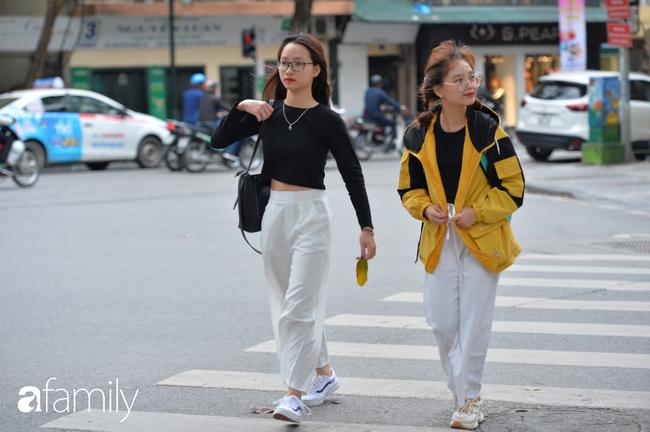 Những khoảnh khắc co ro ngày đông lạnh khiến ai cũng muốn mùa hè đừng quay trở lại, để Hà Nội mãi mát mẻ dịu dàng - Ảnh 12.