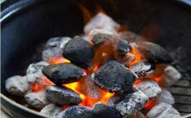 Thời tiết giá rét một sản phụ tử vong do dùng than củi để sưởi ấm trong phòng kín - Ảnh 1.