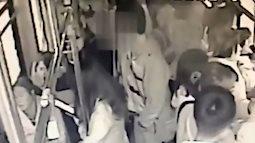 Nữ sinh 14 tuổi can đảm hạ gục gã biến thái sàm sỡ khách trên xe buýt
