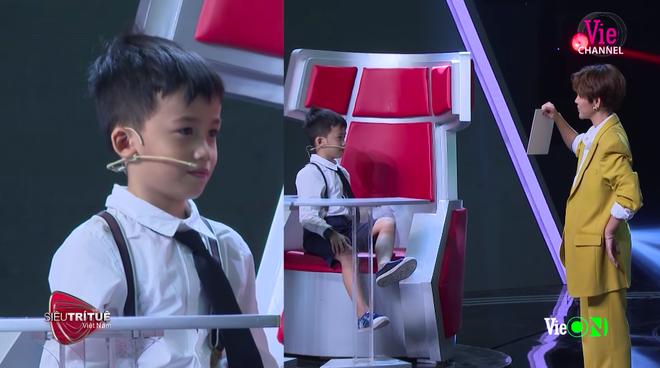 Siêu trí tuệ Việt Nam: Thần đồng 7 tuổi và nước mắt của người bố ước con như bao đứa trẻ bình thường - Ảnh 2.