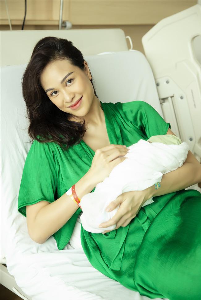 Các mẹ Vbiz lộ diện sau khi sinh con: Người vội vàng đi cao gót, người chưa chi đã dát đồ hiệu đầy mình - Ảnh 5.
