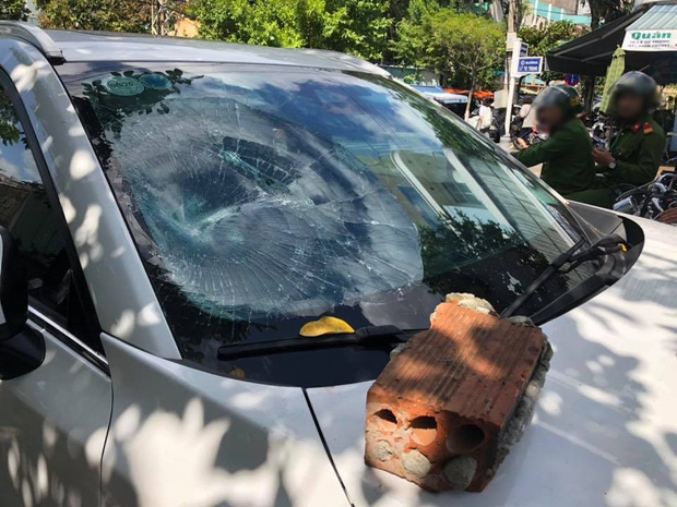Người đàn ông lên cơn ngáo đá, tự cắt của quý từng đập phá ôtô và nhét hàng chục kim băng vào cậu nhỏ - Ảnh 2.