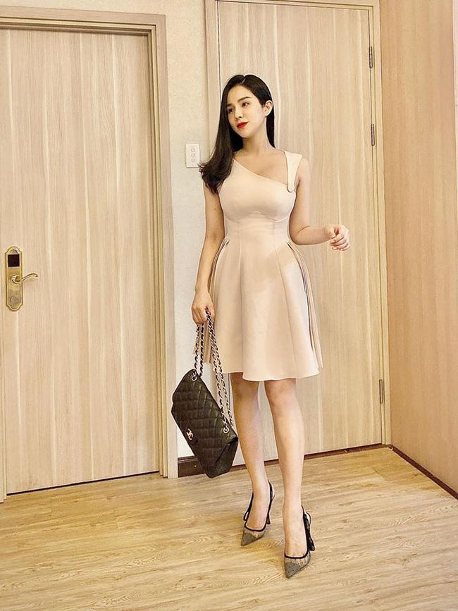 Tròn 1 tháng sau sinh, Diệp Lâm Anh diện váy ôm sát vòng eo gọn đến ngỡ ngàng - Ảnh 2.