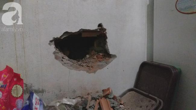 Dù phải đục tường nhà hàng xóm nhưng người dân đã bất lực