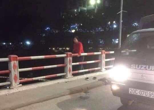 Thái Nguyên: Người phụ nữ đi trên cầu để lại tư trang rồi nhảy xuống sông  - Ảnh 2.