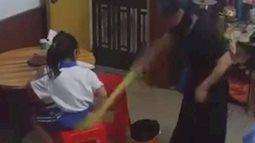 Con không làm được bài tập về nhà bị mẹ đánh ngã dúi dụi rồi giật tóc, nhưng phản ứng của bé mới khiến ai nấy xót xa