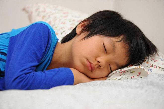 Trẻ khó phát triển chiều cao nếu có 3 thói quen này trước khi ngủ - Ảnh 2.