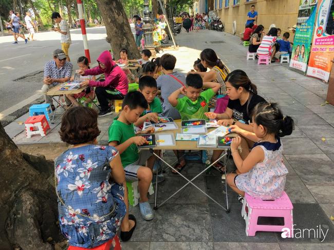 Ở Hà Nội, cuối tuần nào cũng đưa con lên phố đi bộ chơi nhưng nhiều phụ huynh còn không biết tới sự xuất hiện của 3 dịch vụ vui chơi ngon bổ rẻ có ích cho các bé này - Ảnh 1.