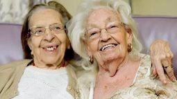 Hai cụ bà chơi thân gần 80 năm, đến lúc già vẫn dắt nhau chuyển đến viện dưỡng lão ở cùng cho vui