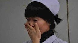 Cổ tử cung đã mở hết nhưng sản phụ vẫn không chịu vào phòng sinh, tới khi bác sĩ cởi áo cô ra thì lập tức đỏ hoe mắt