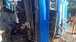 [Nóng] Lật xe khách chở công nhân đè trúng xe máy, 2 người chết tại chỗ, 11 người bị thương