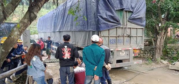 Xe đầu kéo tông sập nhà dân trong đêm, vợ chồng cùng con nhỏ nằm dưới gầm xe, thoát chết hi hữu - Ảnh 2.