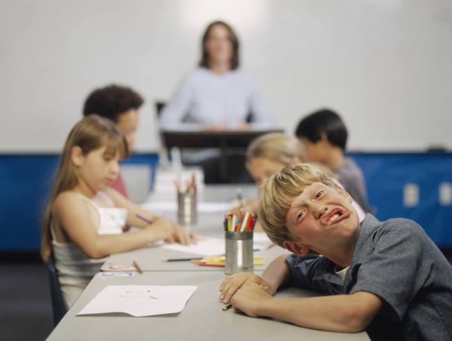 Trẻ bị tăng động giảm chú ý cha mẹ đừng chủ quan, hãy tham khảo ngay phương pháp điều trị nếu không muốn tương lai con bị ảnh hưởng - Ảnh 1.