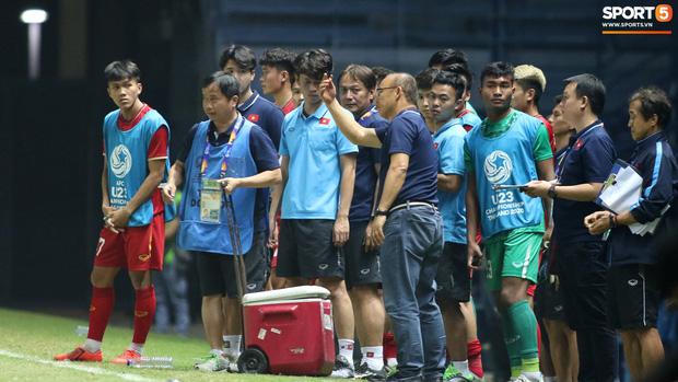 HLV Park Hang-seo chăm sóc từng học trò sau trận đấu kiệt sức với U23 Jordan - Ảnh 4.