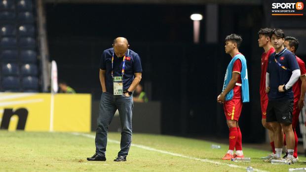 HLV Park Hang-seo chăm sóc từng học trò sau trận đấu kiệt sức với U23 Jordan - Ảnh 1.