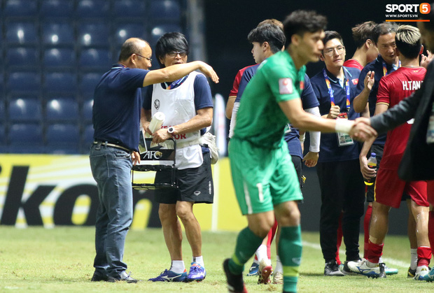 HLV Park Hang-seo chăm sóc từng học trò sau trận đấu kiệt sức với U23 Jordan - Ảnh 8.