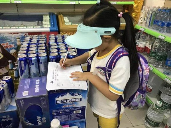 Đứa bé 5 tuổi lấy 1 chai nước trong siêu thị, thản nhiên uống, mẹ bé nói câu này khiến nhân viên siêu thị phải xin lỗi - Ảnh 3.