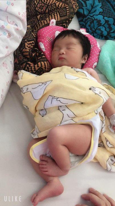 Cô nhóc 3 tháng tuổi có mái tóc dày và xù bông như trẻ 2 - 3 tuổi khiến nhiều người ngỡ ngàng - Ảnh 2.