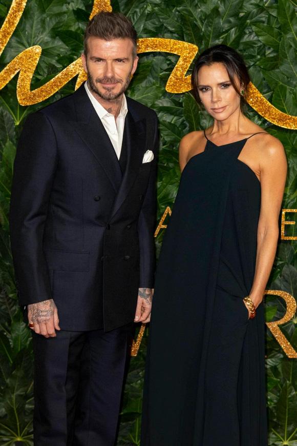 David Beckham khiến fan ghen tị khi lén quay lại khoảnh khắc bà xã Victoria vật vã tạo cả 1000 kiểu dáng tự sướng sống ảo - Ảnh 4.