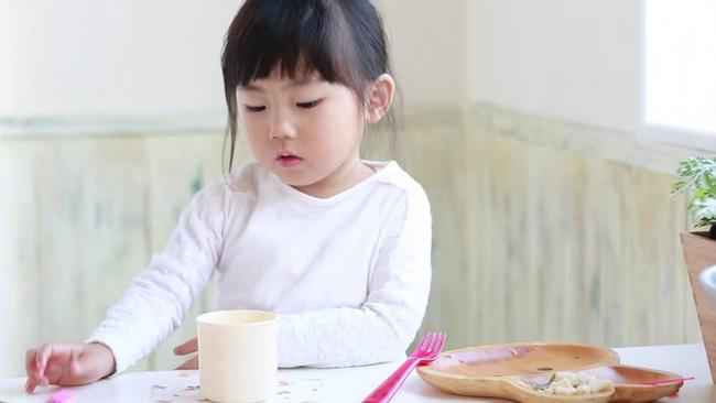 Chuyên gia gợi ý bố mẹ cách hạn chế trẻ ăn bánh kẹo trong ngày Tết - Ảnh 2.