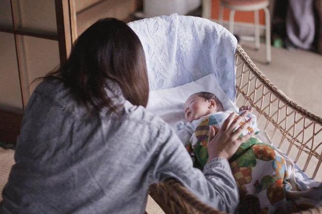 Từ câu chuyện một bà mẹ tự tử sau 3 tháng sinh con: Người mẹ nào chưa từng phải khóc giữa đêm? - Ảnh 1.