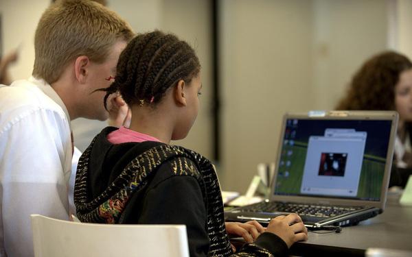 8 tips từ Facebook giúp cha mẹ bảo đảm sự an toàn của con trẻ trong môi trường trực tuyến đầy cạm bẫy - Ảnh 2.