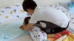 Nhìn hành động bế ru, đặt em bé ngủ của cậu bé này, nhiều bà mẹ trẻ có khi còn hổ thẹn vì không khéo bằng