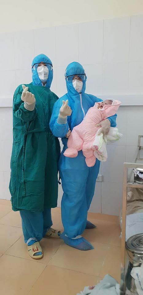 Em bé nặng 3,1 kg chào đời trong khu cách ly dịch Covid-19 tại Bệnh viện Đa khoa huyện Thạch Thất - Ảnh 2.