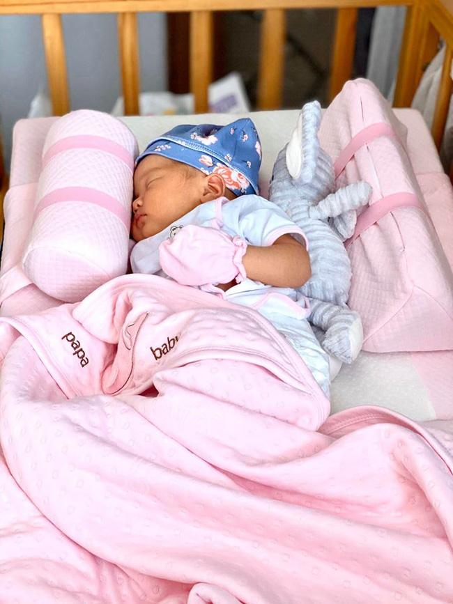 Vừa mới sinh được 2 ngày, con gái diễn viên xiếc Quốc Cơ đã phải vào phòng phẫu thuật vì dị tật 5% trẻ sơ sinh mắc phải - Ảnh 1.