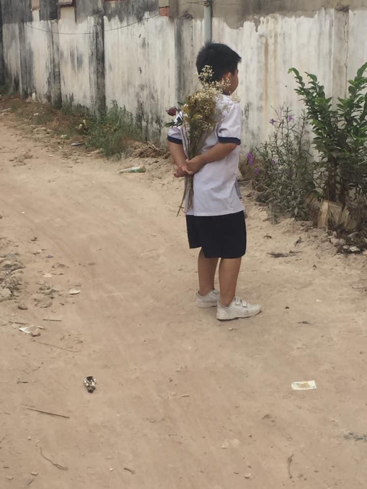 Cậu bé cấp 1 bẽn lẽn cầm bó hoa đứng bên bờ tường, biết câu chuyện ai nấy ôm bụng cười vì đáng yêu quá sức tưởng tượng - Ảnh 3.