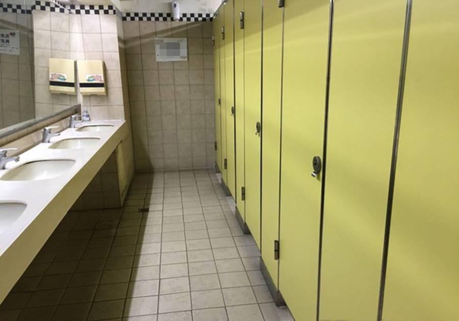 Dắt con gái vào nhà WC nữ, ông bố bị dư luận chỉ trích kịch liệt nhưng phẫn nộ hơn là hành vi vô tư của bà mẹ ở bên ngoài - Ảnh 1.