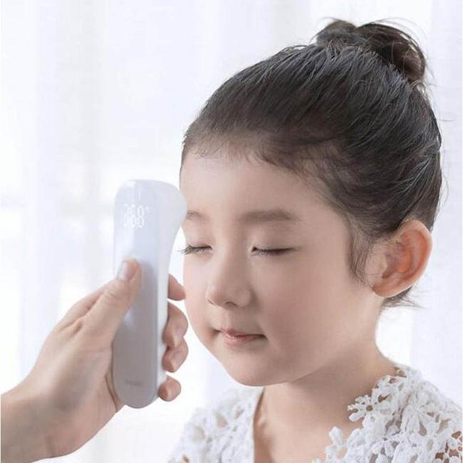 Nhấn giữ một lúc rồi đọc kết quả - cách sử dụng nhiệt kế đo trán sai cách mà hầu hết các mẹ đang áp dụng - Ảnh 1.