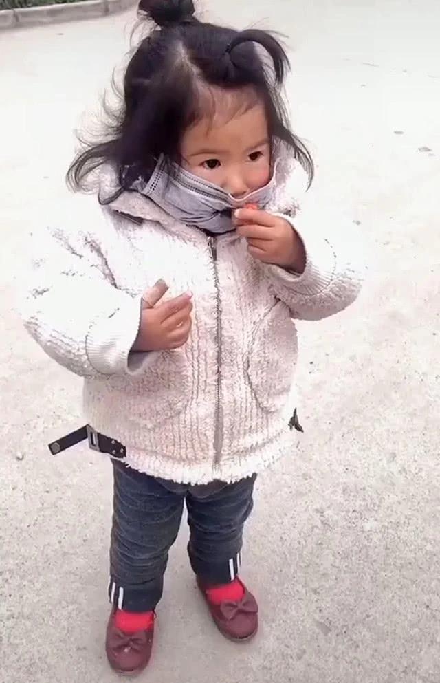Con gái đang đeo khẩu trang mà nhất quyết đòi ăn dâu tây, mẹ đành bất lực thỏa hiệp, nhưng cách bé ăn mới là điều đáng chú ý - Ảnh 1.