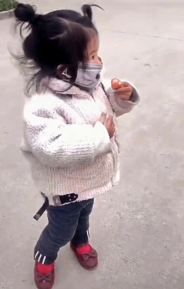 Con gái đang đeo khẩu trang mà nhất quyết đòi ăn dâu tây, mẹ đành bất lực thỏa hiệp, nhưng cách bé ăn mới là điều đáng chú ý - Ảnh 2.