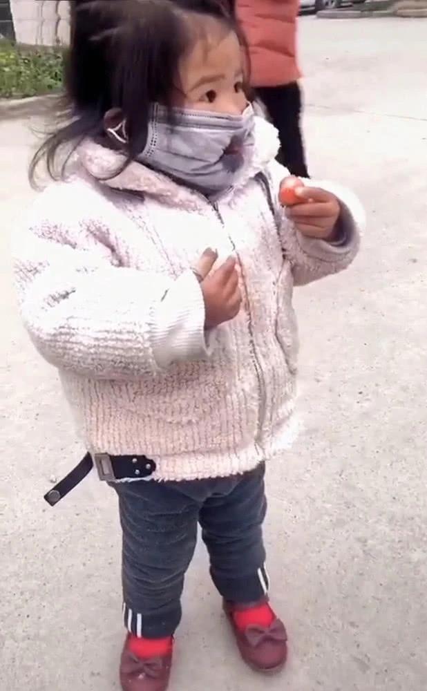 Con gái đang đeo khẩu trang mà nhất quyết đòi ăn dâu tây, mẹ đành bất lực thỏa hiệp, nhưng cách bé ăn mới là điều đáng chú ý - Ảnh 3.