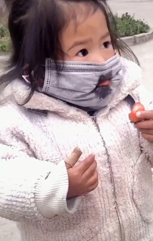 Con gái đang đeo khẩu trang mà nhất quyết đòi ăn dâu tây, mẹ đành bất lực thỏa hiệp, nhưng cách bé ăn mới là điều đáng chú ý - Ảnh 4.