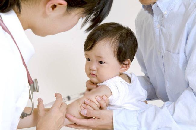 Mùa dịch COVID-19: Bố mẹ có con nhỏ cần nhớ không hoãn tiêm phòng, không nhốt con ru rú trong nhà - Ảnh 1.