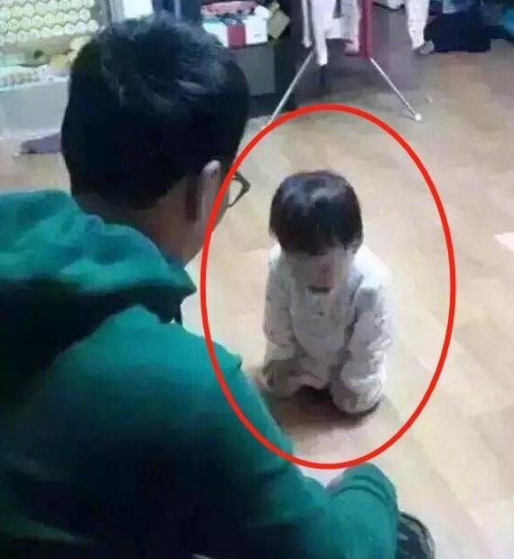Mẹ đi làm về giật mình thấy con gái 3 tuổi đang quỳ trước mặt bố, biết nguyên do cô cũng