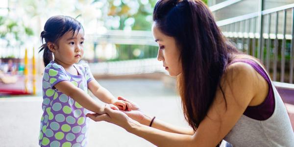 Mẹ đi làm về giật mình thấy con gái 3 tuổi đang quỳ trước mặt bố, biết nguyên do cô chỉ đành phải nín cười - Ảnh 3.