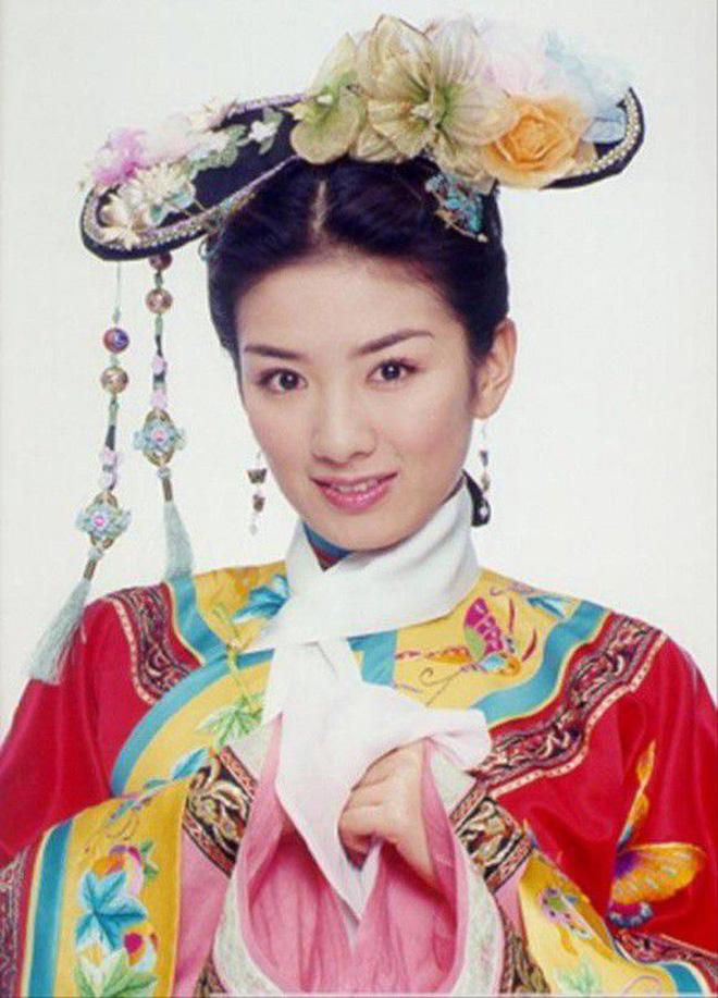 Chuyện năm xưa giờ kể lại: Triệu Vy bị người yêu đại gia bạt tai giữa phố và mối tình tay 3 Song Én đoạt Vũ náo loạn Cbiz  - Ảnh 5.