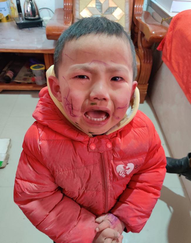 Bé trai nghịch ngợm tự vẽ lên mặt mình, đến khi soi gương òa khóc trước thành quả khiến mẹ ôm bụng cười - Ảnh 1.