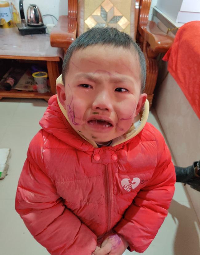 Bé trai nghịch ngợm tự vẽ lên mặt mình, đến khi soi gương òa khóc trước thành quả khiến mẹ ôm bụng cười - Ảnh 2.
