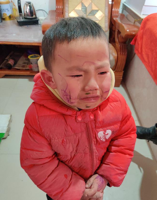Bé trai nghịch ngợm tự vẽ lên mặt mình, đến khi soi gương òa khóc trước thành quả khiến mẹ ôm bụng cười - Ảnh 3.