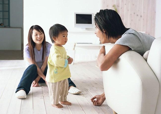Mẹ lo lắng thấy con trai nhỏ cứ chu miệng như mỏ vịt cả buổi, bà nội phì cười sau khi phát hiện nguyên nhân - Ảnh 4.