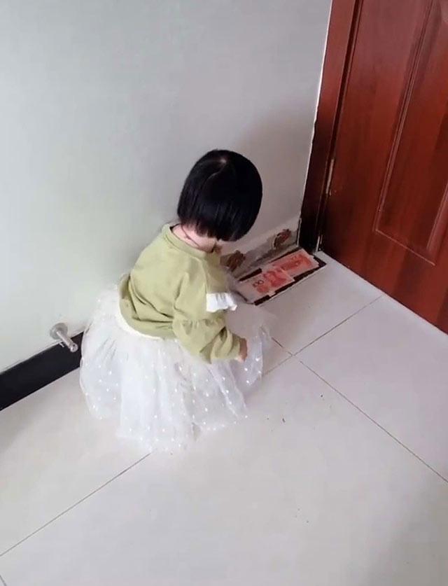 Con gái nhỏ vô tình tìm được quỹ đen giấu bí mật trong nhà khiến bố chỉ còn cách chết đứng như Từ Hải - Ảnh 2.